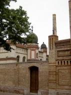Im Hintergrund die Synagoge von Halle, vorn der Eingang zum jüdischen Friedhof